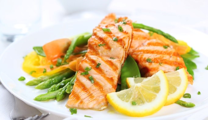 Patients with type 2 diabetes who eat 2 servings of fatty fish weekly may have a lower risk for diabetic retinopathy.