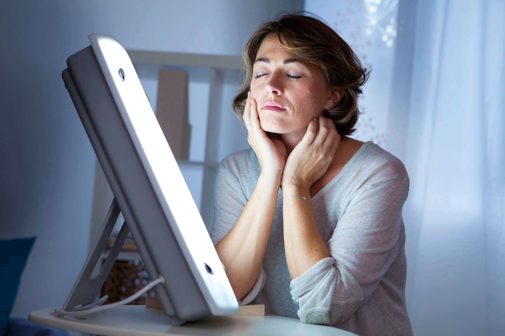 Light Therapy Offers Nonpharmacologic Treatment for Perimenopausal Depression